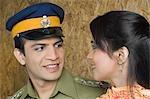 Gros plan d'un homme de police avec sa femme regardant les uns les autres et souriant