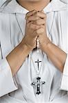 Gros plan d'une religieuse dans la position de la prière