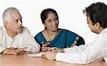 Paar diskutieren mit einem Finanzberater