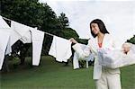 Geschäftsfrau gewaschen hängende Tücher vor dem Weg zur Arbeit