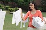 Frau entfernen getrocknete Tuch aus Wäscheleine