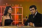 Gros plan d'un couple assis dans un bar