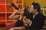 Gros plan de boire quelques vin dans un bar