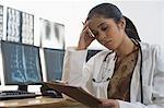Femme médecin détenant un presse-papiers