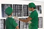 Chirurgien femelle avec un mâle chirurgien étudiera un rapport aux rayons x