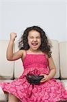 Mädchen aufgeregt, ein Video-Spiel und auf der Suche