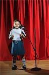 Schülerin hält Rede auf einer Bühne