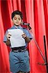 Schüler hält Rede auf einer Bühne