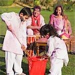 Famille fête Holi avec des couleurs