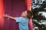 Portrait de garçon jouant à l'extérieur
