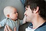 Vater und Baby miteinander suchen