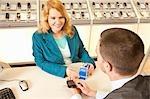 Employé montrant un mobile à un client