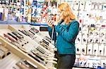 Tests de téléphones mobiles dans la boutique de fille