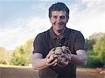 Mann, der Kartoffeln zu gesät werden