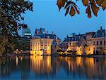 Mauritshuis et gouvernement bâtiments de Binnenhof nuit, Hofvijver (lac Hof Vijver), Den Haag (la Haye), Hollande (Pays-Bas), Europe