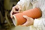 Département de fabrication textile composite recyclable d'usine, travailleur effectuant le contrôle de la qualité sur le fil