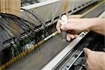 Usine de revêtement tissu tissage département, mécaniste préparation reed de tissage sur métier à tisser