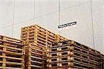Palettes en bois stockés dans une usine industrielle