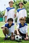 Junge Fußball-Teamkollegen posiert mit Trophäe, Porträt