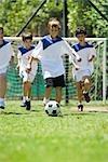 Kinder spielen Fußball, zugeschnitten