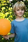 Garçon avec ballon, portrait