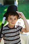 Garçon avec la baguette magique et chapeau de magicien, portrait