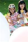 Jeunes filles en costume lors d'une fête en plein air