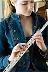 Junge Frau Betrieb Flöte