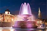 Fontaine d'eau en face de la Galerie nationale et St-Martin-in-the-Fields, à nuit, Trafalgar Square, Londres, Angleterre
