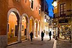 Habitants, dans la rue à la nuit, Taormina, Sicile, Italie, Europe