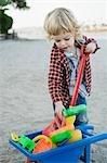 Petit garçon jouant sur la Beach, Mission Bay, San Diego, Californie, USA
