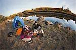 Paar Camping neben der Deschutes River, Oregon, USA