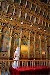 Femme de Chypre, Larnaca, à l'intérieur de l'église d'Agios Lazaros