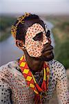 Portrait d'un membre de la tribu Karo avec décoration du visage à la craie imitant le plumage tacheté de la pintade, la basse vallée de l'Omo en Éthiopie, l'Afrique