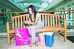 Frau mit Handy und Shopping