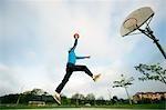 Mann spielen Basketball