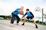 Vater und Sohn, die Basketball spielen