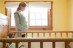 Femme enceinte par lit