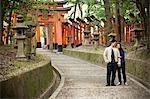 Couple, Fushimi Inari Taisha, Fushimi-ku, Kyoto, Kyoto Prefecture, Kansai Region, Honshu, Japan