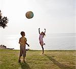 Enfants jouant à la balle à la plage