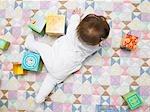 Bébé avec cubes de courtepointe