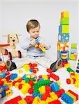 Enfant en bas âge avec beaucoup de jouets