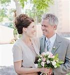 Mature mariée et le marié souriant