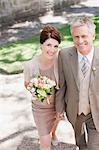 Reife Braut und Bräutigam lächelnd