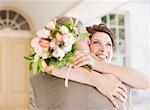 Reife Braut und Bräutigam umarmt