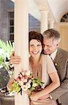 Mature mariée et le marié s'enlaçant