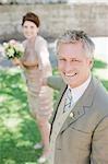 Reife Braut und Bräutigam Hand in Hand