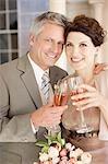 Reife Braut und Bräutigam Toasten mit Champagner