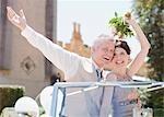 Reife Braut und Bräutigam Reiten im Cabrio
