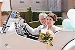 Mature mariée et le marié en Cabriolet